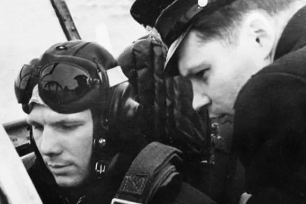 Лейтенант Юрий Гагарин в самолете во время службы в Заполярье. 1958 год