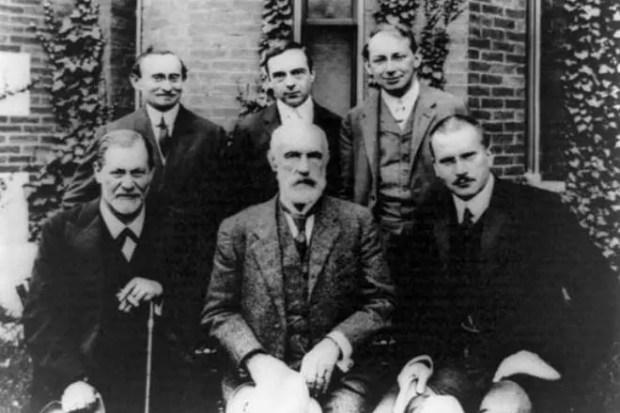 Верхний ряд: Абрахам Брилл, Эрнест Джонс, Шандор Ференци. Нижний ряд: Зигмунд Фрейд, Грэнвилл С. Холл, Карл Густав Юнг