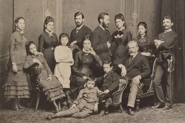Зигмунд Фрейд (третий в верхнем ряду, слева на право) в молодости с семьей, 1878 год
