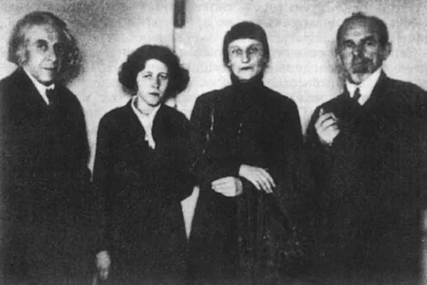 Георгий Чулков, Мария Петровых, Анна Ахматова и Осип Мандельштам. 1933 год