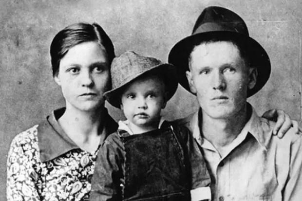 Элвис Пресли в детстве с родителями