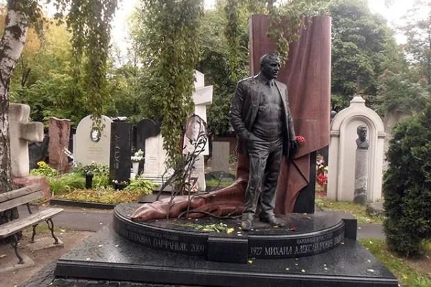 Могила Михаила Ульянова