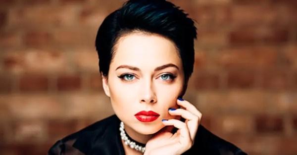Настасья Самбурская поделилась архивным фото на фоне ковра ...