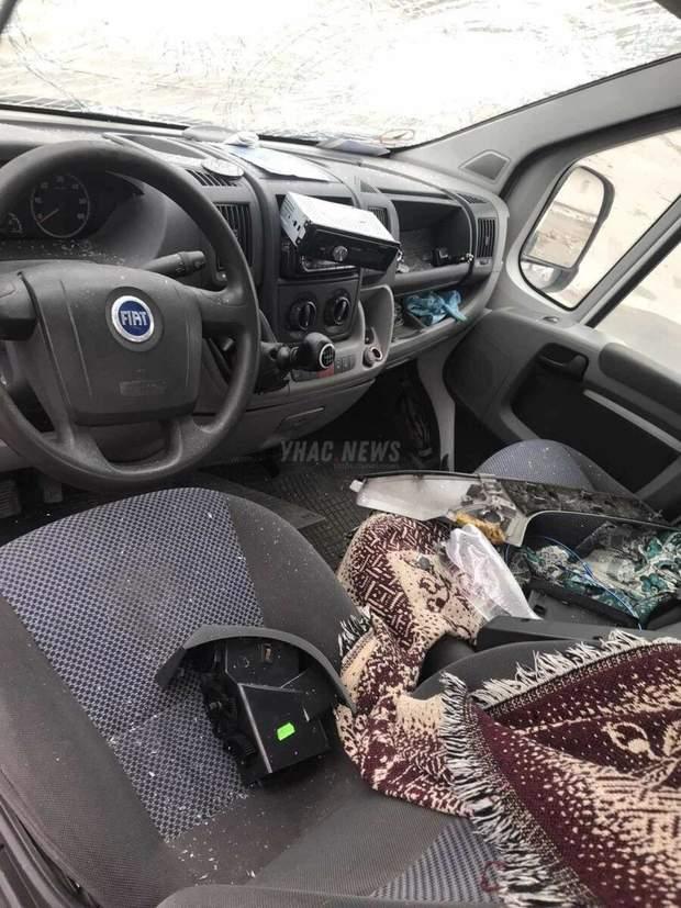 Невідомі пошкодили авто чоловіка, розбили труну