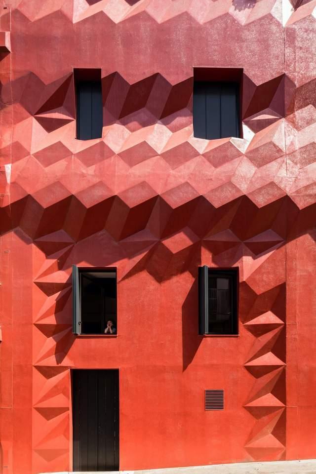 Красный дом для художников: фото современной резиденции в ...