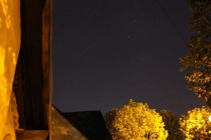 Над Украиной пролетели десятки спутников Илона Маска ...