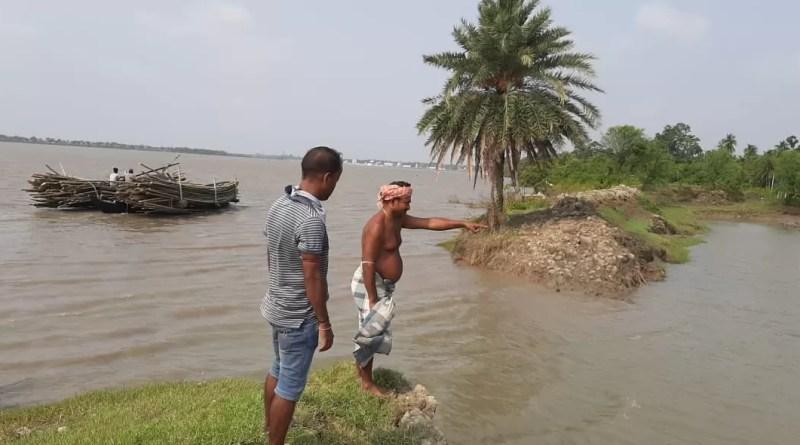 টাকি জালালপুর নদী পাড়ের মানুষ এখন আতঙ্কে