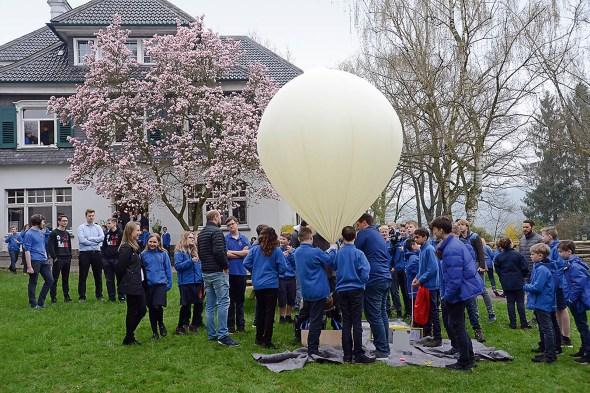 Der Ballon soll nur so viel Helium enthalten, dass er gerade so abhebt.
