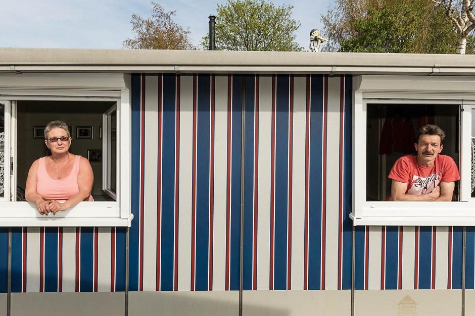 Camper-Glück hinter Spitzengardinen. Gabi und Michael Jansen kamen 1991 mit dem Wohnwagen auf die Insel. Jetzt leben sie in ihrem mobilen Heim.