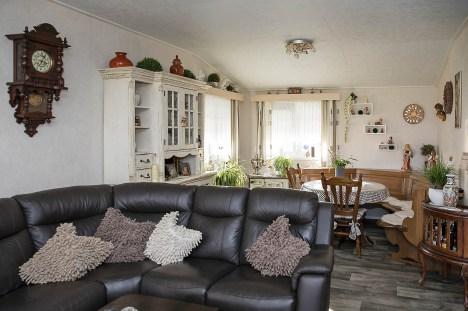 Wohnküche mit Ledercouch und Eckbank. Rund 80 Quadratmeter haben die Dörenkamps in ihrem Chalet zum Leben.