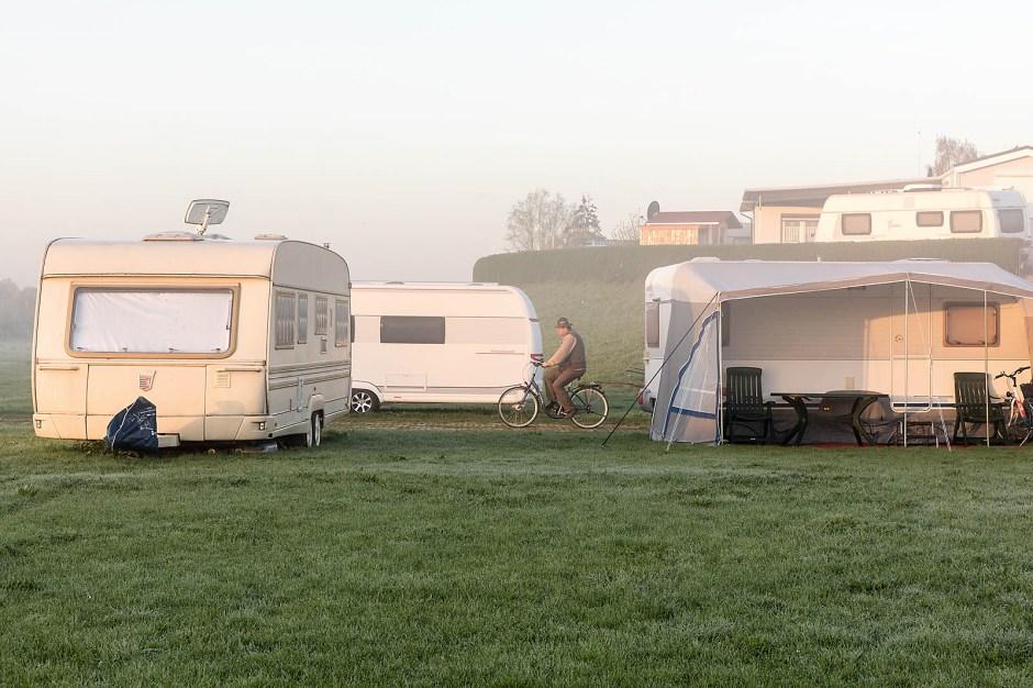 Der frühe Camper weckt die anderen. Sonnenaufgang auf der Grav-Insel. Die Nachtruhe gilt von 23 bis 7 Uhr.