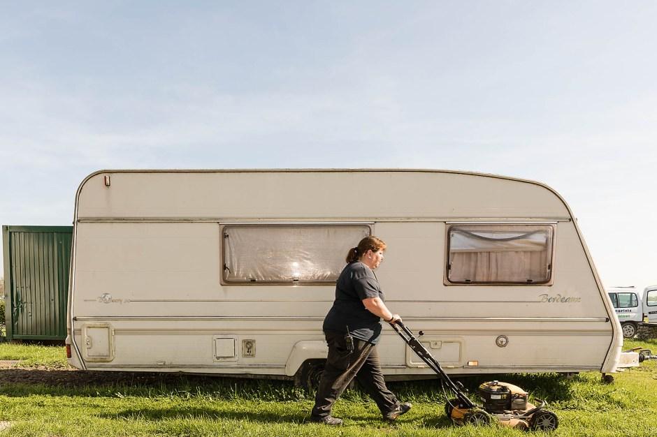 Barbara Keuntje läuft heiß. Die Platzwartin versorgt die Camper mit Strom und Wasser, weist Neuankömmlinge ein, hilft in der Not und sorgt – wenn nötig – auch für Ordnung.