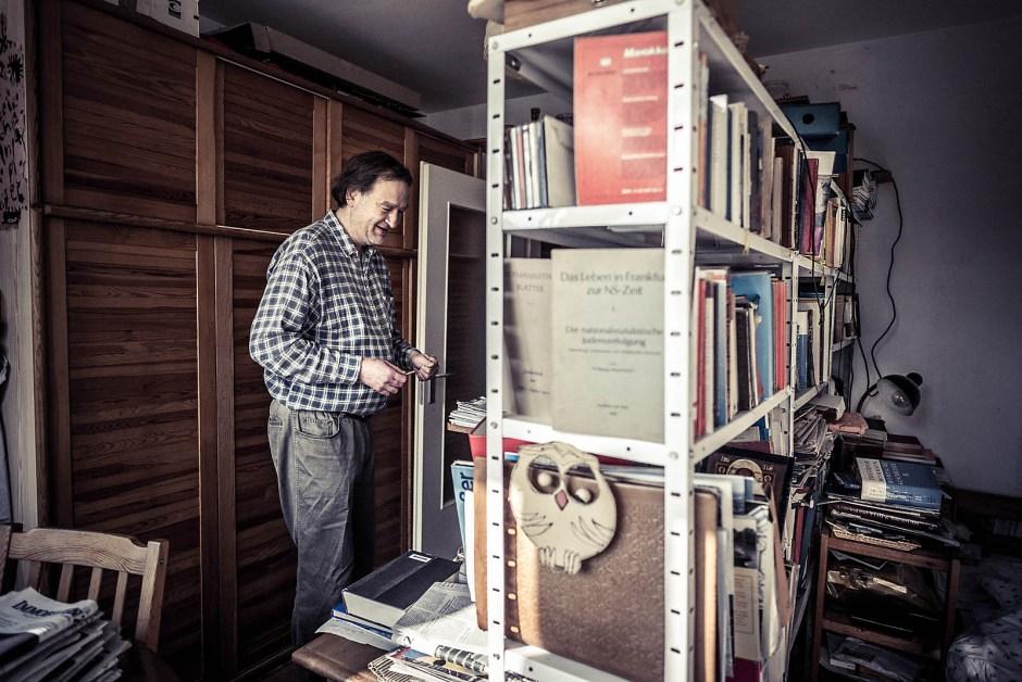 Ralf hat mit einem breiten Bücherregal eine Arbeitsecke und eine Schlafecke abgetrennt. Studieren am Laptop ohne Internet geht nur im Stehen.
