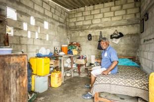 Juvenal ist einer der ältesten Fremdenführer der Insel. Auf Santa Cruz del Islote lebt er alleine in einem garagenartigen Bau. Unter dem Wellblechdach stapeln sich seine wenigen Habseligkeiten auf klapprigen Holzregalen oder hängen an Nägeln an der unverputzten Wand. Trinkwasser weiß er sehr zu schätzen. Jeder Tropfen muss mit dem Boot vom Festland angeliefert werden.