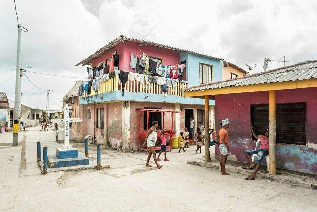 Selbst auf der Hauptstraße herrscht kein Gedränge. Das weiße Betonkreuz erinnert an sein hölzernes Pendant, das vor mehr als 300 Jahren von der Flut auf die Karibikinsel getragen wurde, die seitdem Santa Cruz del Islote heißt.