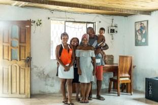 Juan ist Chef des Inselaquariums. Das reicht nicht aus, um seine drei Kinder zu versorgen. Seine Frau Susanna und er arbeiten deshalb zusätzlich auf dem Festland.