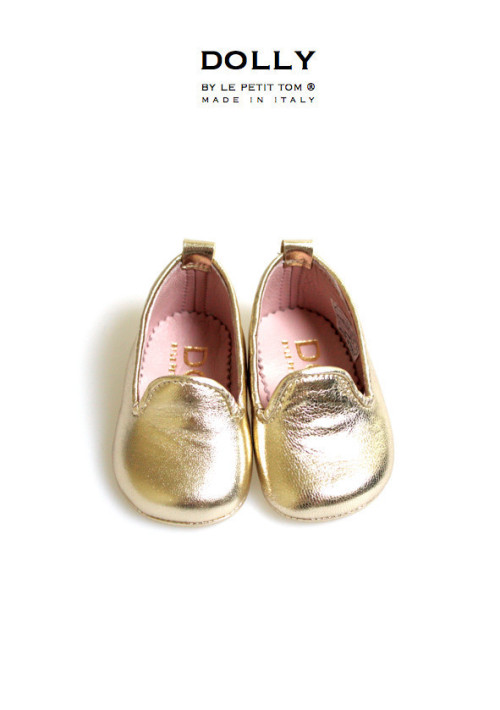 "DOLLY by Le Petit Tom ® BABY SMOKING SLIPPERS 1SL PLATINO Leather and pink leather lining. Just like little Doll shoes. Classic Smoking Slippers. Exclusieve Italiaanse gold babyschoentjes van echt leer en leer gevoerd. Handmade in Italy   DOLLY 1SL classic smoking slipper flats from soft metallic Italian leather and fully lined with leather  Step aside, ballet flat, there's a new shoe in DOLLY town. The smoking slipper has quickly become the ""it"" shoe for seasons to come. Paired with jeans, shorts skirt or dress, these slippers are not just for pajama parties anymore. The Dolly designer created these loafers in a myriad of materials and colors. Whether you are looking for more of the classic smoking flats, or a modern update, this collection has some great options to add to your baby's and your wardrobe rotation. These wear-with-anything shoes exude laid back elegance! SHOP NOW >"