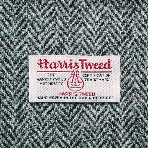 Need For Tweed Il commence à faire froid à la hâte et si vous garder la trace à la maison, tout le monde et leurs mères semblent recommander tweeds pour l'automne et l'hiver.  Et pour une bonne raison aussi, ils sont chaleureux, intemporel, et regardent tueur sur pratiquement n'importe qui, mais pas tous les tweeds sont créés égaux.  Vous avez tous vu ce petit tag Harris Tweed intérieur sélectionnez vêtements mais la plupart des gens ne pensent pas beaucoup.  Vous sorte de juste l'associer avec un vague sentiment de qualité.  Eh bien, nous avons décidé de nous éduquer et de découvrir ce que l'histoire derrière cette étiquette était.  Alerte Spoiler: c'est une sorte de grosse affaire.  Tout d'abord, Harris Tweed est le seul tissu dans le monde qui est régi par une loi du Parlement.  Pas de blague, vous avez bien lu.  Comme dans, il ya une autorité qui décrète si oui ou non un tweed est digne de Sparte.  Fou.  Il dit en substance que pour être considéré, il faut que ce soit fait de pure laine vierge qui a été tourné sur les îles Hébrides extérieures de l'Ecosse.  En outre, il a également obtenu d'être tissé à la main dans les maisons réelles des insulaires; chaque mètre est tissé dans des hangars par des tisserands indépendants sur colporté métiers.  Pas de moteurs autorisés.  Qu'est-ce?  Alors que petite étiquette est le maintien littéralement tout un mode de vie d'une population de personnes.  Ces artisans locaux ont des compétences séculaires qui ont été transmises de génération en génération pour assurer la qualité de leur tissu.  Et moi qui pensais tweed était tweed.  Alors, la prochaine fois que vous voyez cet insigne, sachez que c'est vraiment une marque d'excellence, avec une longue et riche histoire derrière elle.  Découvrez l'autorité pour plus d'informations.  Un merci spécial à Harris Tweed Hebrides pour tout l'amour à travers l'étang.  Cheers!  Blazer et écharpe disponible à Harris Tweed Hebrides