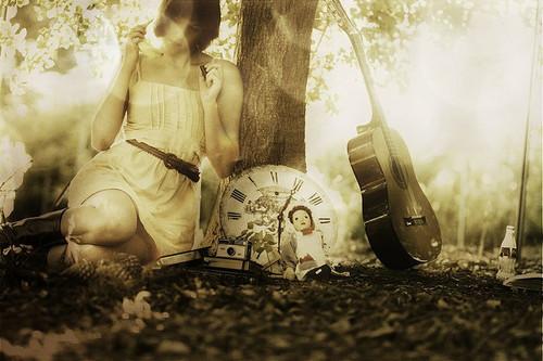 desonharninguemsecansa:  O mais estranho é parar pra pensar, é perceber que as coisas tomaram um rumo diferente do que se planejava. É extremamente difícil entender o porquê de tudo, querer explicações, que na realidade, não existem. As coisas acontecem como devem acontecer. Amores fortes tomam conta de nós e em questão de tempo eles deixam de ser tão fortes assim, acabamos nos acostumando. Alguns amigos às vezes são tudo o que temos, mas o tempo vem e os leva de nossos caminhos, viram boas lembranças. Tudo está em contínua mudança, hoje sei que a pior dor é as do costume, é a do apego a algo ou alguém. Rotinas que se tornam chatas, mas que se deixassem de ser como são, tudo seria ainda mais chato. Digo de ver aquela pessoa nos mesmos dias, fazer as mesmas coisas nos mesmos dias, em algum momento iremos querer mudar. O que sei é que a partir do momento que isso deixa de acontecer, fará falta. Tentar não olhar pra trás nem sempre é suficiente, olharás ainda que não queiras, porque todos nós precisamos disso, involuntariamente queremos reviver cada minuto dos bons que passamos e talvez até voltar naquele dia ruim, só pra ver se hoje faria diferente, se encontraria alguma razão. Podemos encontrar dentro de nós, nosso melhor amigo e inimigo. Você tem decisões a ser tomadas e não poderá fugir disso, ainda que seja ruim quando a questão é escolher entre o sim e o não. Algumas pessoas e momentos passam despercebidos em nossas vidas e sabemos que faria diferença se déssemos mais valor, se talvez percebêssemos que tudo pode ser mais, que de todos os momentos pode se arrancar algo bom, desde um aprendizado até sorrisos inesquecíveis.