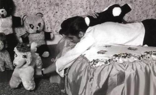 Hmm, which one gets to sleep with me tonight?? Hahah, I wish I was one of those teddy bears ;)