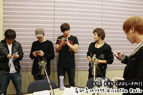 101230 Super Junior's Kiss the Radio  2010 라디오 동창회 시즌2..막내편! 2010 Radio Reunion Season 2..Maknaes! 동창회를 마치고..열심히 번호 교환중!! After ending the reunion..They are exchanging numbers!!2011년!!가요계 막내들의 활약을 기대하겠습니다^^ 2011!!We'll look forward to the work of music's maknaes^^