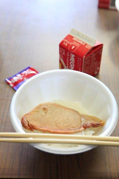 nakano:情報を共有したいので、この写真を載せます。昨日、宮城に行っていたのですが、これ、石巻市雄勝中学校の給食なんです。これで全部です。石巻は大きなダメージを受けた被災地ですが、現在では食料はすでに充分行き渡ってます。充分すぎる食料がある避難所もあります。では、なぜ給食がこんな状態かというと、行政側の言い分では『給食センターが復旧しないから』とのこと。さらに、この状態は、あと1年ほど続くと見られています。給食センターが学校に給食を供給するというのは、平時での基本ですが、今は緊急事態ですよね。どうしてこんな時にまでタテマエにこだわっているのか。。。この写真に写っているもので290円だそうです。センターがダメなら、地元のお弁当屋さんを使ったら、お弁当やさんも助かるし、一石二鳥だと思うんです。育ち盛りの中学生、しかも、生活は避難所か仮設住宅、とても過酷な状況にいる子供たちです。いくらなんでも。。。以前、行政側は、ボランティは足りていると言いました。でも、実際にはまったく足りていません。それは『管理しきれないから』という理由でした。行政側もあっぷあっぷなので、仕方ないとは思います。でも、それならば、行政のそういった業務をを支援するボランティアというのはできないのかな?せめて、とりあえずは、この中学校の子供たちに普通のお昼ご飯を提供できる方法はないのでしょうか?だれかそっち方面に強い方いないかな?(via Katsumi Hirabayashiさんの写真 - ウォールの写真)