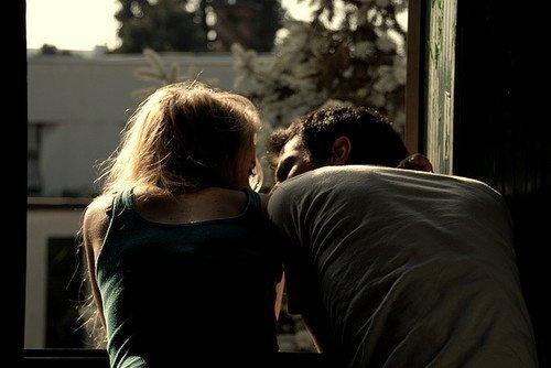 Entenda, é tudo novo pra mim. Nunca precisei tanto de alguém como preciso de você, nunca desejei tanto um sorriso como desejo o seu, nunca esperei tanto por um beijo como espero pelo seu… Eu nunca fui tão eu mesma como sou com você. Perdão se às vezes meu jeito infantil de reagir te assusta ou te incomoda. Repito, é tudo novo para mim. Sinto-me uma criança confusa diante desse sentimento, sinto-me frágil diante do medo de te perder, sinto-me pequena diante da perfeição que a cada dia descubro em você, sinto-me cega diante da luz e magia que flui naturalmente dos seus olhos e do seu sorriso. Eu não sei o porquê de tudo isso. Não compreendo a imensidão do meu desejo. Desculpe pela infantilidade que te amar despertou em mim.  Caio Fernando Abreu