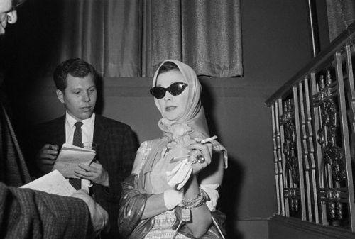 """Via gimmeavisky: 02 de junho de 1960, New York, NY: 'Alguns dos atores mais famosos e atrizes afetadas pelo fechamento dos teatros da Broadway aqui não eram muito tímidos em expressar suas opiniões.  Mostrado aqui como ela soube que o desempenho de 02 de junho seu jogo havia sido cancelado é Vivien Leigh, estrela de """"Duel of Angels"""". """""""