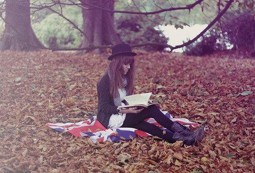 http://hotgirlsreadingbooks.tumblr.com/page/2
