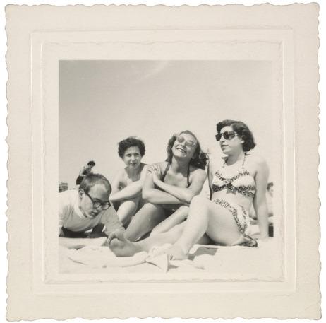 Andy Warhol bem jovenzinho com amigas na praia. Anos 1940.