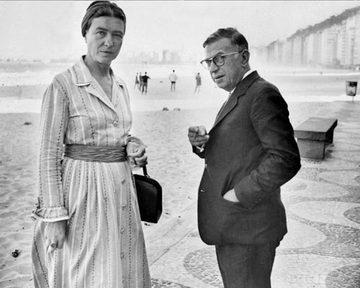 Simone de Beauvoir et Jean Paul Sartre à la plage. Adivinhem qual?