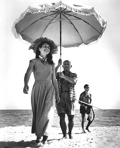 Foto clássica tirada por Robert Capa em 1948. Em primeiro plano Françoise Gilot, esposa de Picasso. Em último plano, o sobrinho do pintor, Javier Vilato, com carinha marota.