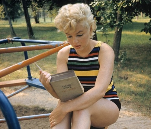Marilyn Monroe reads Ulysses
