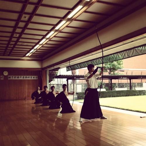 Séance de tir au ky?d?j? du Budo Center de Kyoto. Photo: Emi