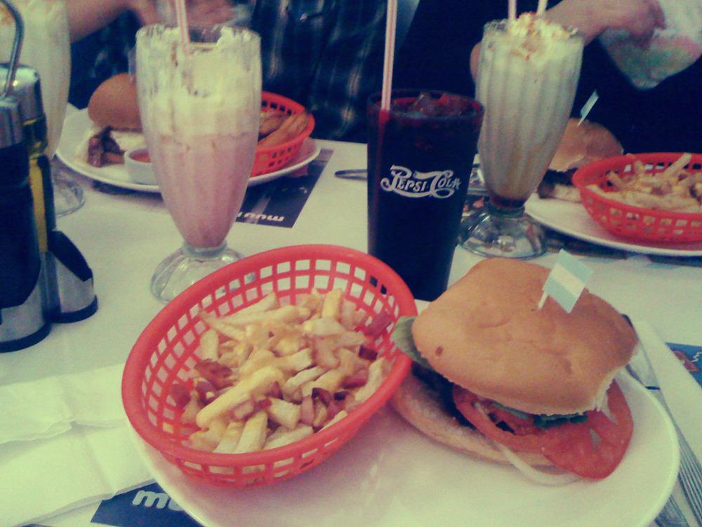 James Brown con milkshake de frutilla y una pepsi = Felicidad.