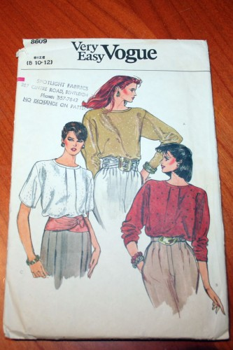 Very Easy Vogue 8609 - pattern front
