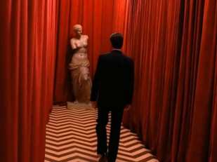 Cooper walks the black lodge with the venus statue