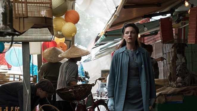 Juliana Crane (Alexa Davalos) walks through Japanese San Francisco in <em>The Man in the High Castle</em>