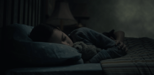 A young Theo Crian sleeps with a ghost, the Haunting of Hill House on Netflix
