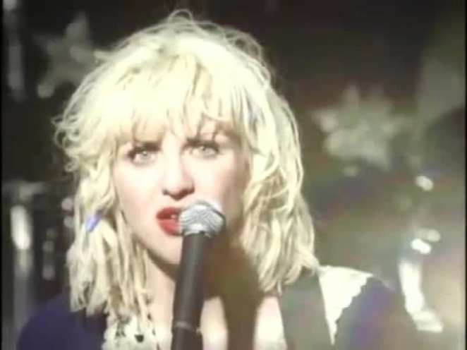 Courtney Love singing in 1994.