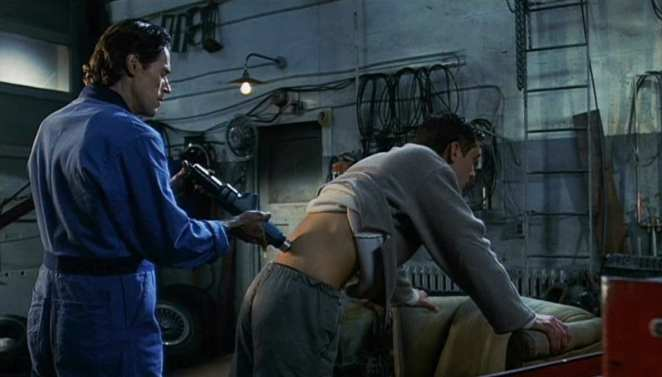 Inserting a bio port with Jude Law starring as Ted Pikul in EXistenZ.