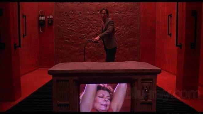 Reality starts to blend into hallucinatory nightmares after Max watches the dreaded Videodrome signal.