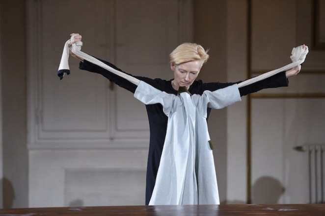 Tilda Swinton performing with clothes in Florence