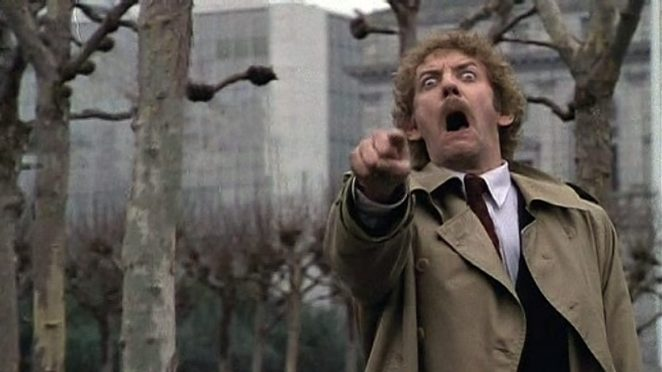 Donald Sutherland as Matthew in Invasion of the Bodysnatchers (1978) pointing and screaming