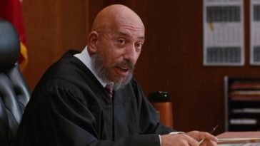 Sid Haig as a judge sitting at his desk in Jackie Brown
