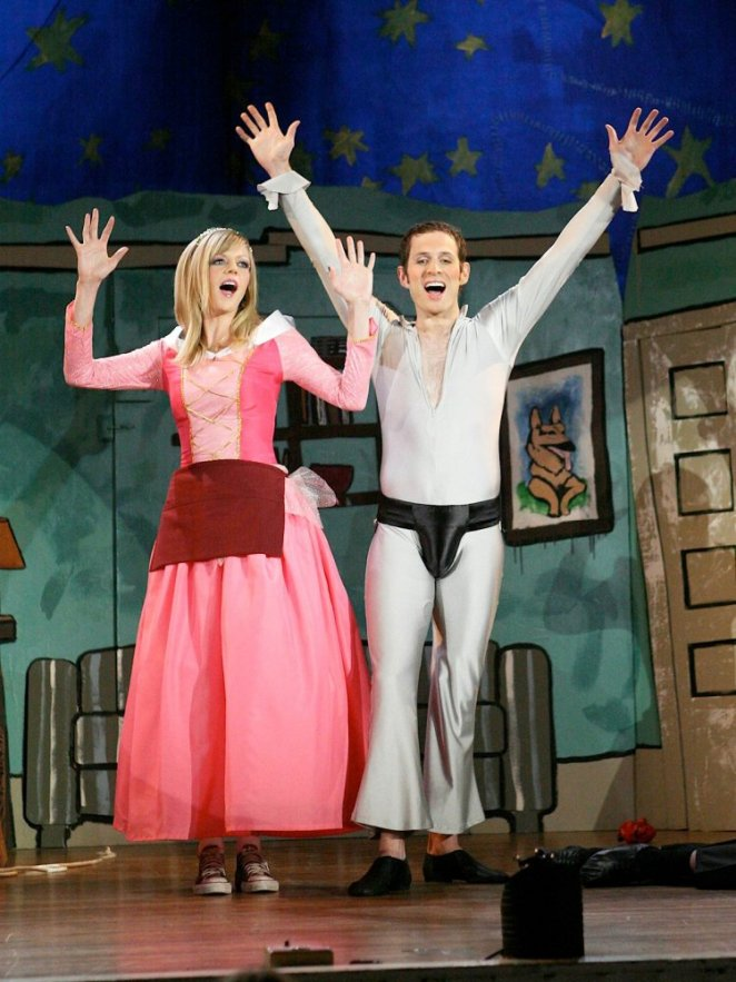 "Dee and Dennis perform ""The Dayman"""