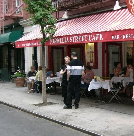 One thing i love, and miss, that belongs very much in the urban world, is sitting for hours at a cafe´, drinking my coffee, watching people and contemplating. Here: Cornelia Street Cafe´- New York