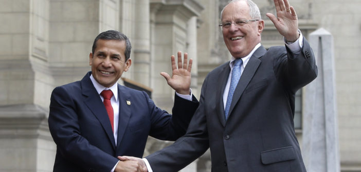 Outgoing President Ollanta Humala, left, and Peru's President-elect Pedro Pablo Kuczynski at the government palace in Lima, Peru. June 22, 2016. (Credit: AP Photo/Martin Mejia)