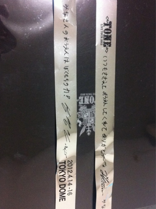 120414 #TohoToneTour TVXQ's message on the ribbon.</p><br /> <p>now what does that say? lol</p><br /> <p>+<br /><br /> Yunho: Thank you for always cheering^^* <br /><br /> Changmin: Everyone's support is our motivation!<br /><br /> …apparently that's what it roughly means (trans cr. bom)