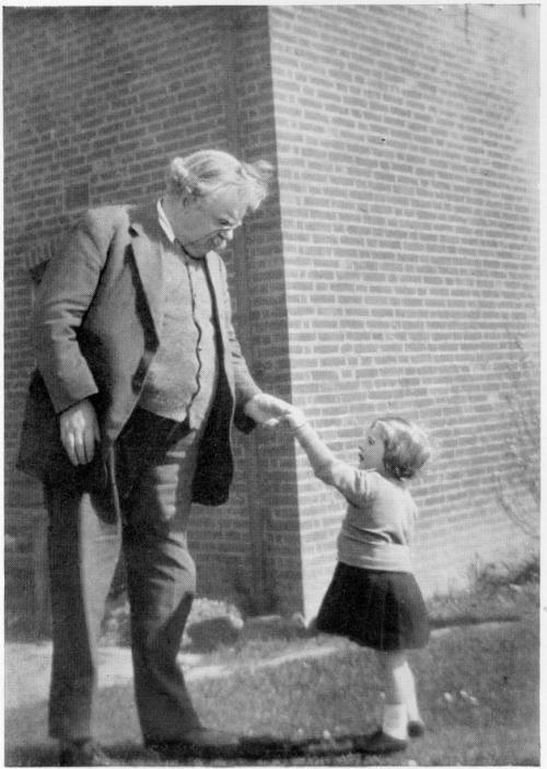 El párrafo más acojonante de la historia de la literatura política  Al final de su libro Lo que está mal en el mundo, G. K. Chesterton alude  a una ley promulgada en aquel periodo en el Reino Unido según la cual,  para evitar las epidemias de piojos en los barrios pobres, los niños de  la clase obrera deberían llevar las cabezas rapadas. Los pobres, escribe  Chesterton, se encuentran tan presionados desde arriba, en submundos de  miseria tan apestosos y sofocantes, que no se les debe permitir tener  pelo, pues en su caso eso significa tener piojos. En consecuencia, los  médicos sugieren suprimir el pelo. No parece habérseles ocurrido  suprimir los piojos. Y es que sería largo y laborioso cortar las  cabezasde los tiranos; es más fácil cortar el pelo de los esclavos. En  el razonamiento que hila la conclusión de este libro formidable  ,Chesterton sostiene que la lección de los piojos de los suburbios es  que lo que está mal son los suburbios, no el pelo. Y dice una cosa  verdaderamente sorprendente: sólo por medio de instituciones eternas  como el pelo podemos someter a prueba instituciones pasajeras como los  imperios.  Chesterton lleva todo el libro pensando un punto de partida sobre el que  construir todo un orden social, un mínimo más allá del cual no tiene  sentido defender nada. Y comienza así el último párrafo del libro, el  más bello que yo haya leído en mi vida sobre el tema de la revolución:  hay que empezar por algún sitio y yo empiezo por el pelo de una niña.  Cualquier otra cosa es mala, pero el orgullo que siente una buena madre  por la belleza de su hija es bueno. Es una de esas ternuras que son  inexorables y que son la piedra de toque de toda época y raza. Si hay  otras cosas en su contra, hay que acabar con esas otras cosas. Si los  terratenientes, las leyes y las ciencias están en su contra, habrá que  acabar con los terratenientes, las leyes y las ciencias. Con el pelo  rojo de una golfilla del arroyo prenderé fuego a toda la civilización  moderna